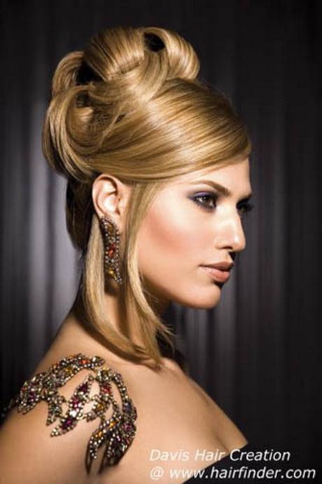Elegante y glamuroso peinado recogido con raya lateral y flequillo ...