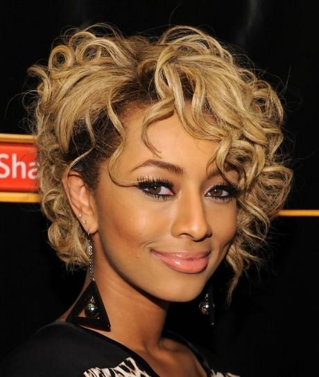 mujer estilo y belleza pelo corto ondulado