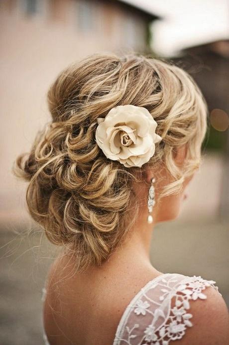 peinado de novia con recogido bajo una flor de seda y un par de bellos with moos bajos con trenzas - Moos Bajos Con Trenzas