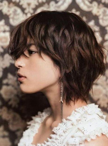 capas cortas en cabello mediano