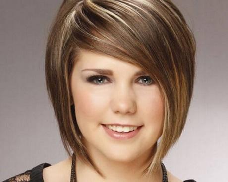 De por de que caen los cabellos sobre la cabeza a la muchacha