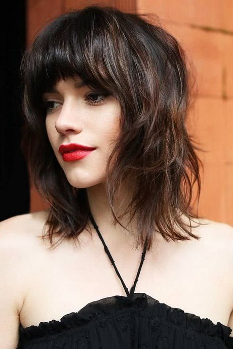 Peinados a la Moda: Pelo Ondulado con Flequillo Lacio